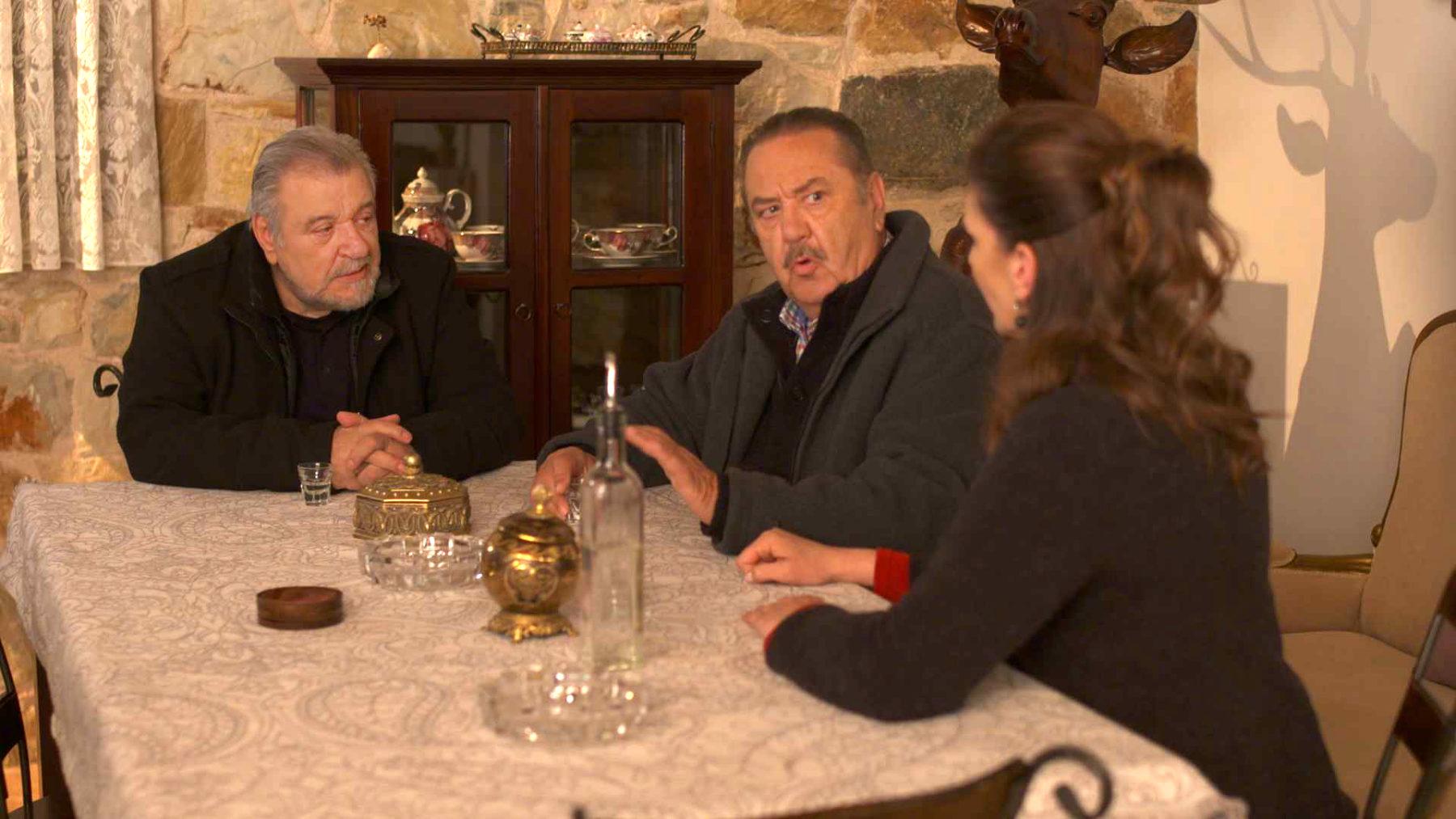 Χαιρέτα μου τον πλάτανο: ο Χαραλάμπης προσπαθεί να συμφιλιώσει Μένιο και Ηλία