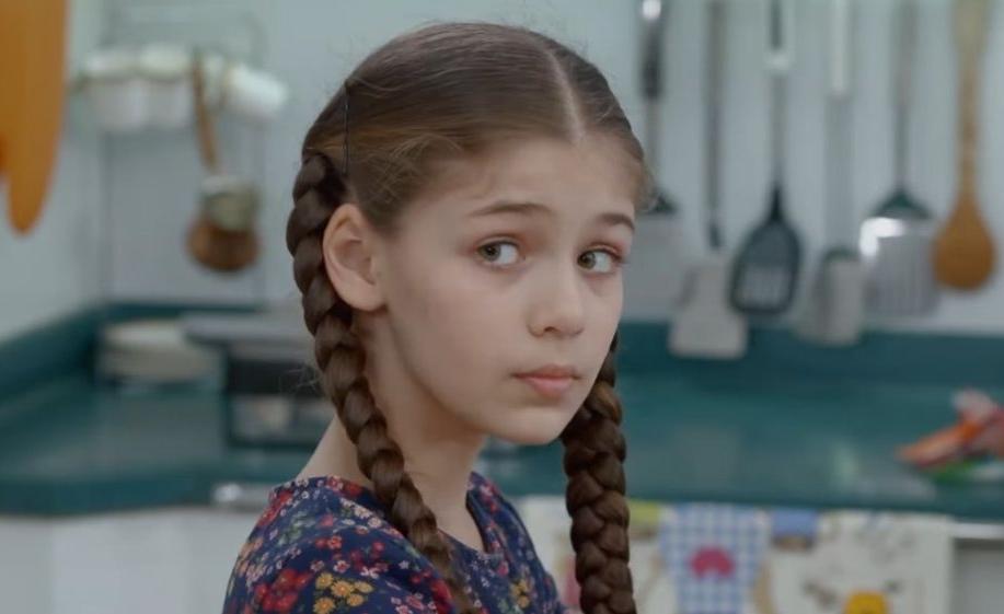 Elif: Η Ελίφ κρεμάει μια αφίσα της κοντά στο μαγαζί, που πήγαινε παλιά με τη μητέρα της.