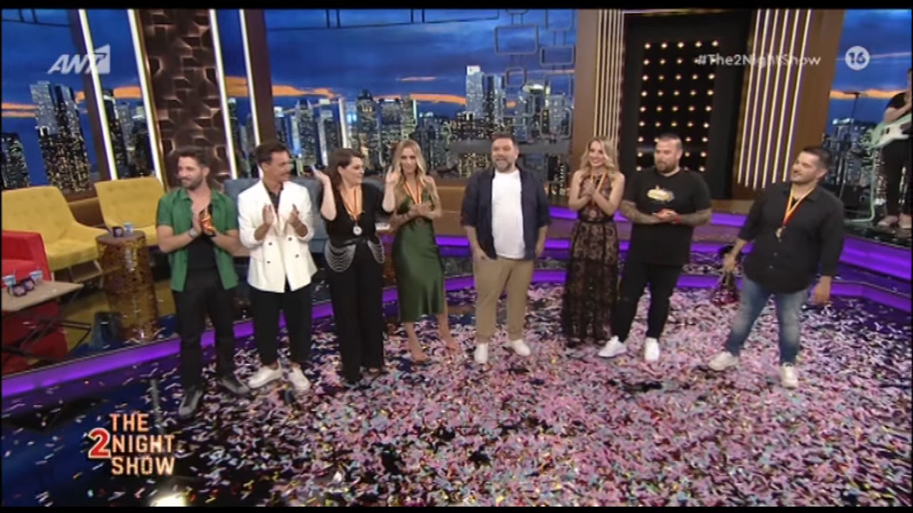 The 2Night Show: ο Γρηγόρης Αρναούτογλου έριξε αυλαία με ένα εορταστικό επεισόδιο μετά από μια πολύ δύσκολη χρονιά (βίντεο)