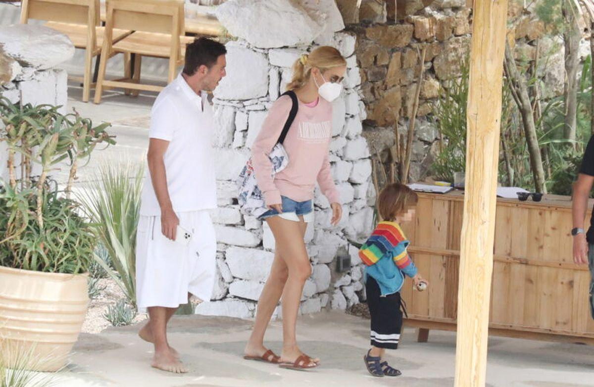 Δούκισσα Νομικού: με τον Δημήτρη Θεοδωρίδη και τον γιο τους στην παραλία της Μυκόνου (φωτογραφίες)