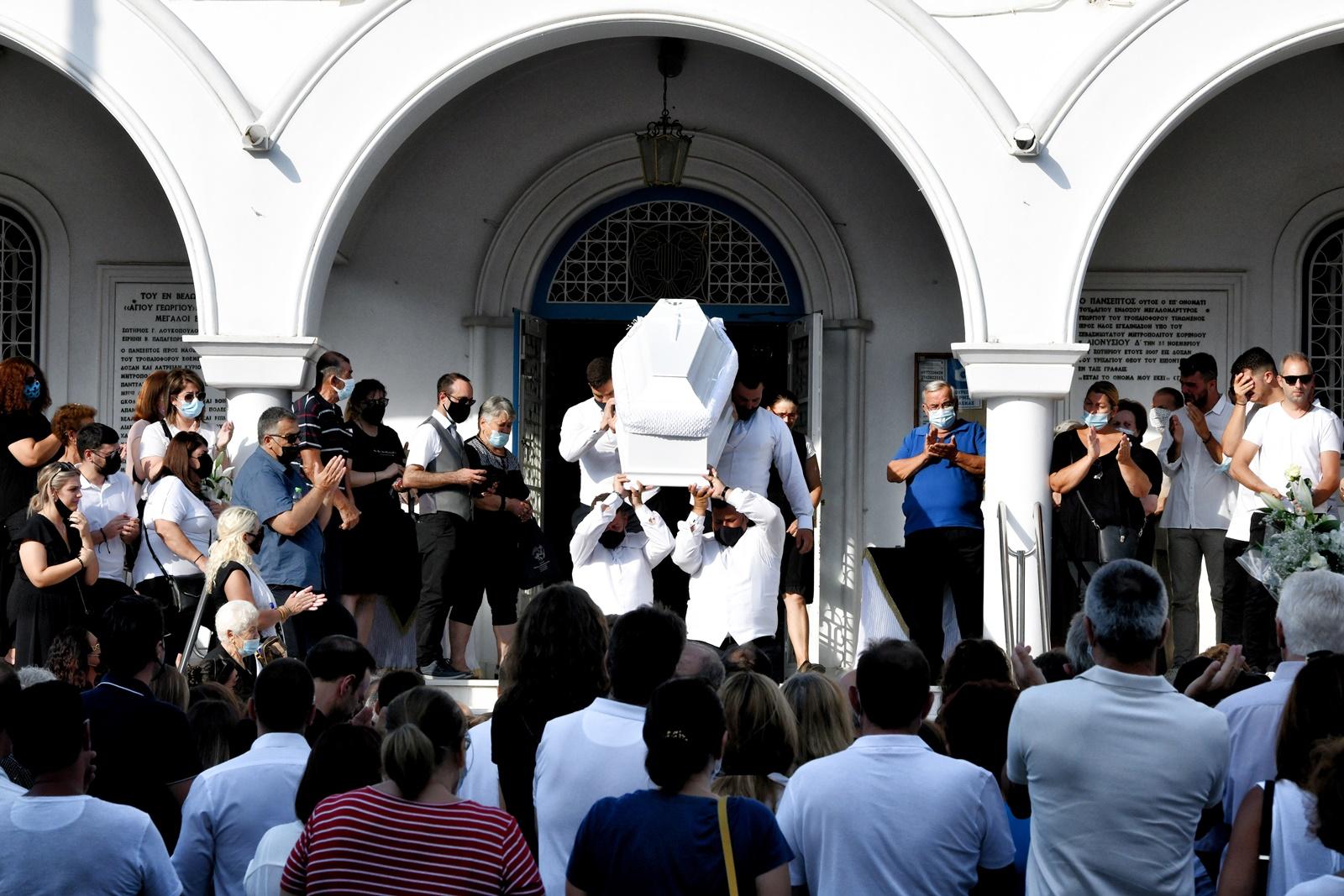 Έγκλημα στη Φολέγανδρο: σε βαρύ κλίμα η κηδεία της άτυχης Γαρυφαλλιάς Ψαράκου - Συγκλονίζει το γράμμα του θείου της