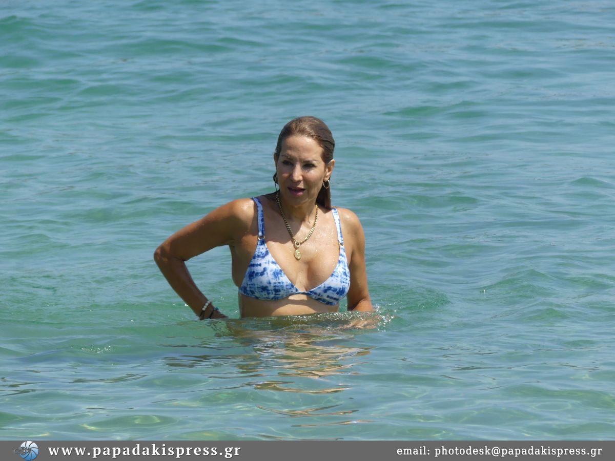 Αννίτα Ναθαναήλ: στα 53 της κόβει την ανάσα με το αψεγάδιαστο σώμα της! Δείτε φωτογραφίες από τις βουτιές της στη Σκιάθο