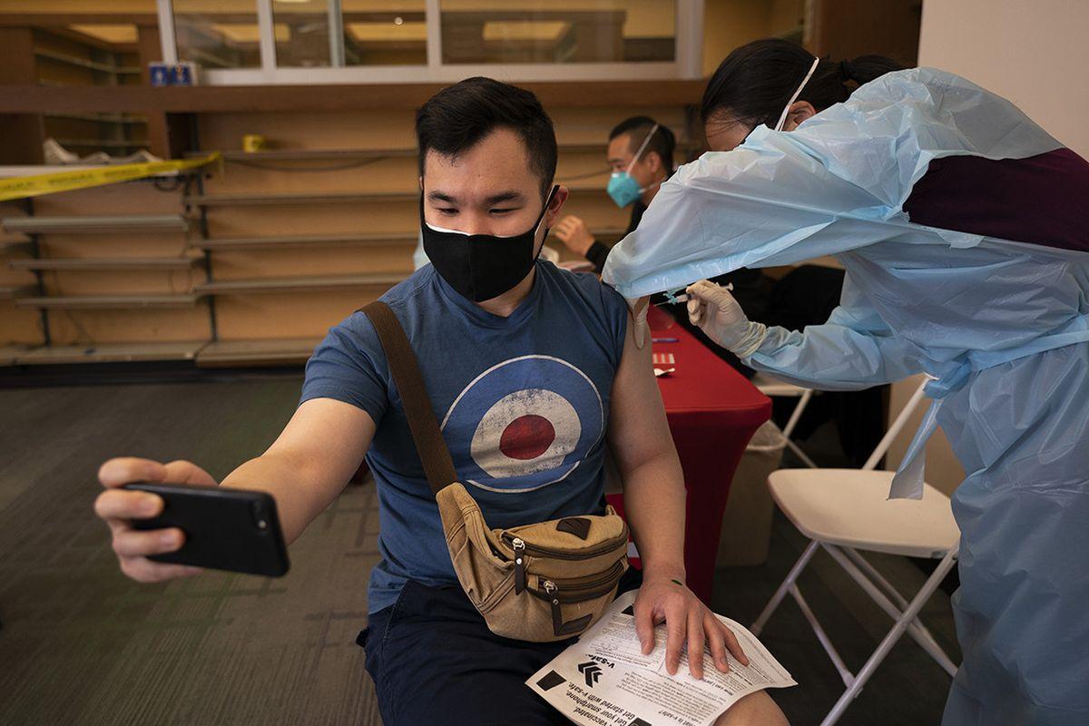 Κορονοϊός – Εμβόλιο: Εσείς βγάλατε selfie; Πώς μια φωτογραφία επηρεάζει την πανδημία