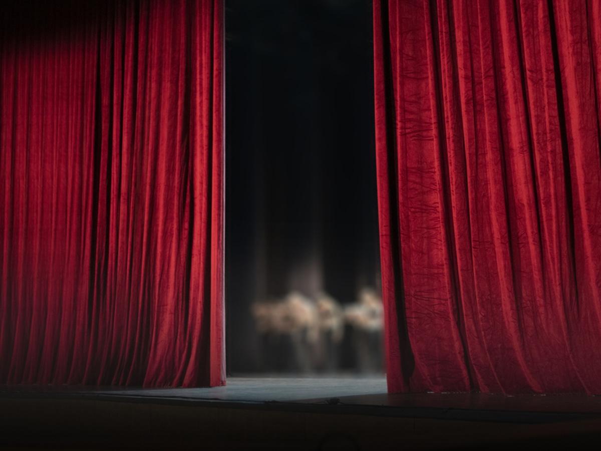 """Λόγια οργής από πασίγνωστο ηθοποιό για τις αποκαλύψεις στο χώρο του θεάτρου: """"Ξεφτίλες, ντροπή τους, ξεμπροστιάστε τους"""""""