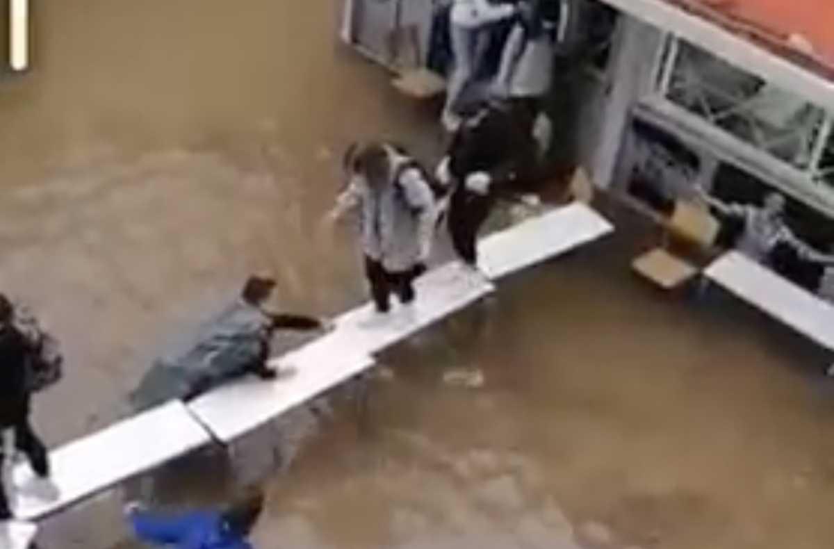 Κακοκαιρία «Μπάλλος» - Νέα Φιλαδέλφεια: Μαθητές έφτιαξαν... γέφυρα με θρανία για να βγουν από πλημμυρισμένες τάξεις