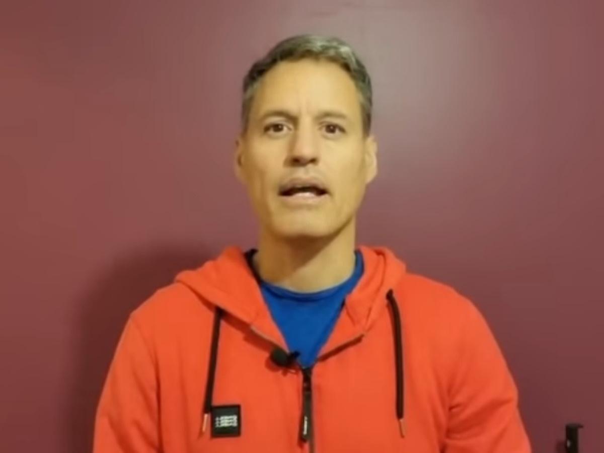 Προκλητικός και αμετανόητος ο Γρηγόρης Πετράκος επιτίθεται κατά των καναλιών για το εμβόλιο: «Κάνω εμετό στη μούρη σας»